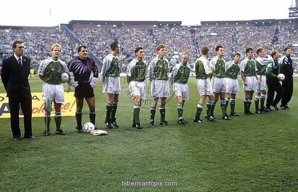 27/10/91 SKOL CUP FINAL HIBS V DUNFERMLINE (2-0) HAMPDEN - GLASGOW The Hibernian team before kick off